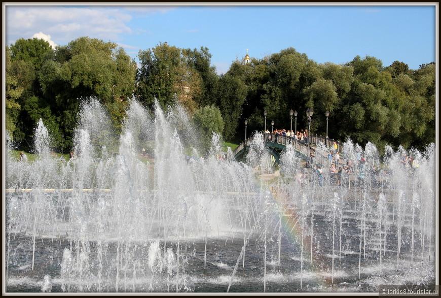 Потом я засмотрелась на радугу в фонтане. Вспомнила Ниагару, смахнула невидимую слезу и ринулась вперед - искать место где сидят люди.