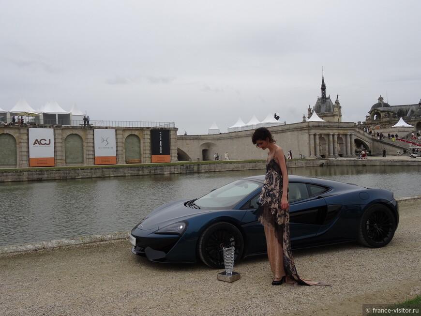 Машина, взявшая приз элегантности на фотосессии с девушкой - манекеном.