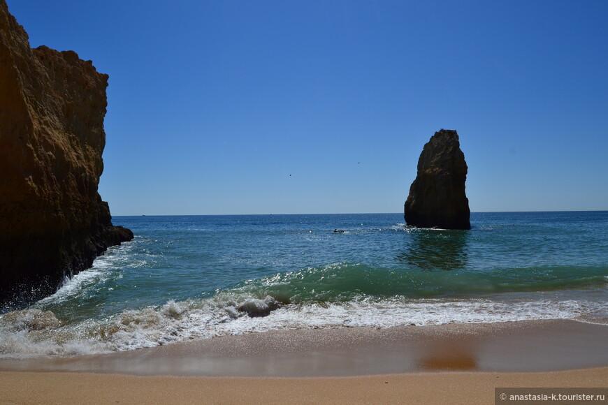 Пляж в Карвоэйро.  Praia da Balanca получил свое название благодаря скале, похожей на весы. Очень небольшой, с двух сторон огражден скалами, благодаря чему волн практически нет. Чтобы на него попасть, нужно спуститься по достаточно крутому тоннелю. Преимущество данного пляжа - не многолюдно даже в пик сезона. Недостаток - практически дикий пляж, не оборудован.