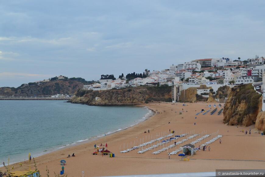 А это городской пляж Албуфейры.  Praia dos Pescadores - пляж рыбаков, если переводить на русский.