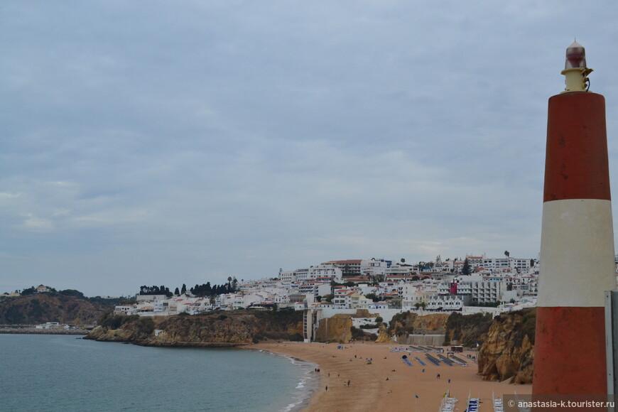 Обычно городские пляжи не отличаются чистотой, но к этому это не относится. Естественно, пляж оборудован и рядом множество кафе и ресторанов.