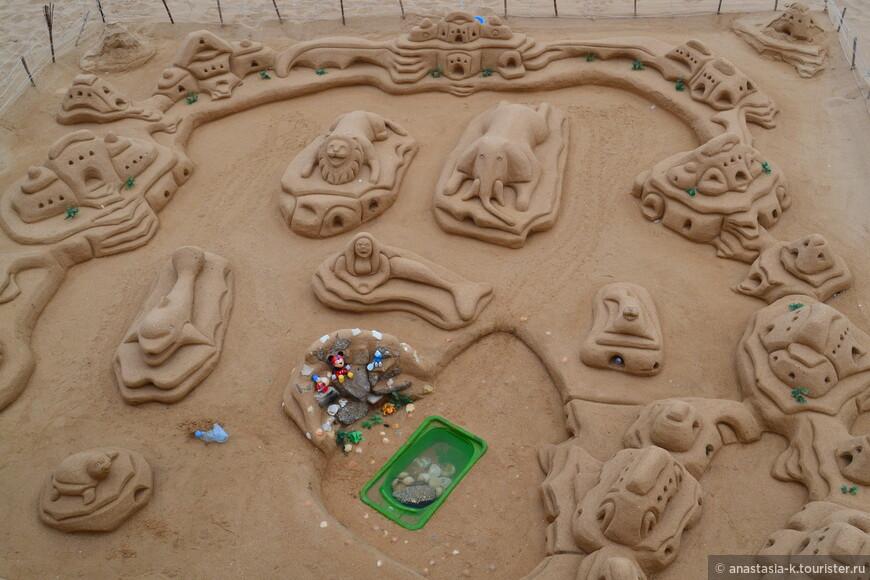 Пляж находится в старом городе, где каждый год проходят такие фестивали песчаных скульптур.