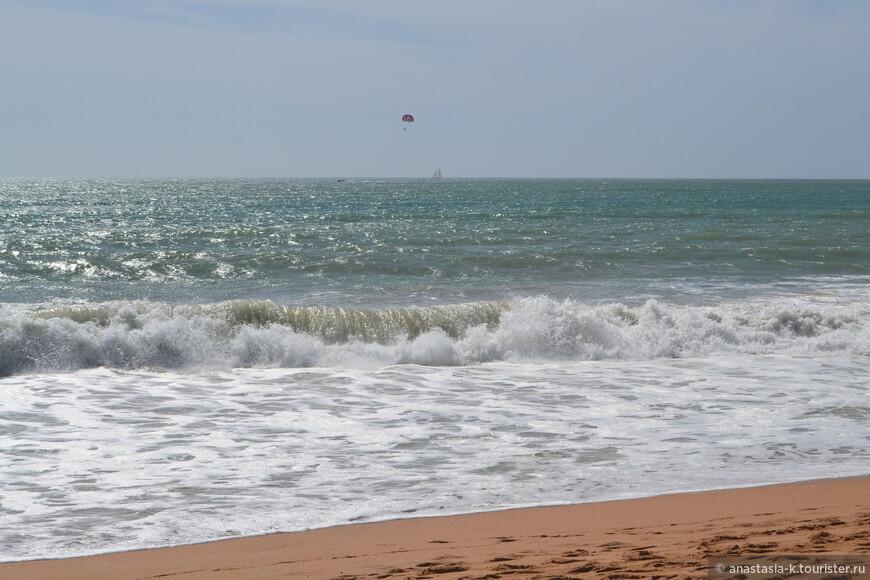 Это обычное состояние океана. Из развлечений здесь те же банальные скутера, парашюты, кайтсерфинг, виндсерфинг.