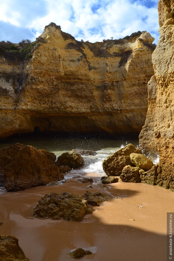 Недалеко от praia Benagil, который считается одним из самых популярных благодаря своему удобному расположению, есть малюсенький пляж в гроте, который доступен только во время отлива.