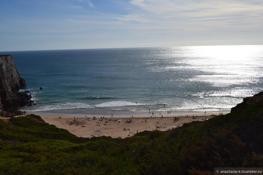 А это небольшой пляж в городе Сагреш. Тут рай для серфингистов. Сюда едут и профи, и новички. Рядом много пунктов проката досок и школа серфинга.