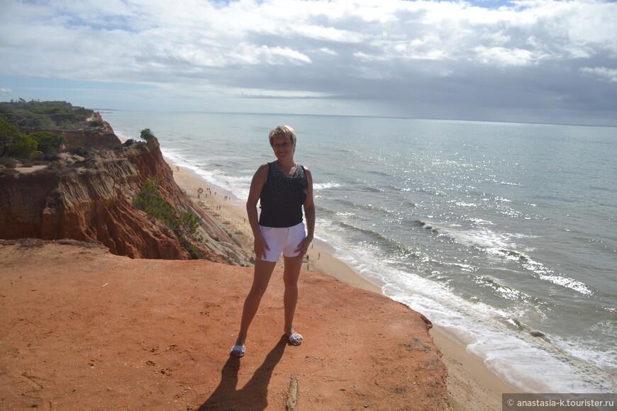 Praia Falesia - мой фаворит. Самый протяженный пляж, тянется от Албуфейры до Виламоуры. Все самые известные виды Алгарве снимали здесь - мелкий белый песок на контрасте с красными скалами. Повторюсь, Португалия хорошее место для отдыха с детьми, главное подгадать, когда температура воды будет адекватной. Один известный туристический сайт внес Фалезию в топ 25 уникальных пляжей Европы. Про голубой флаг я уже молчу.