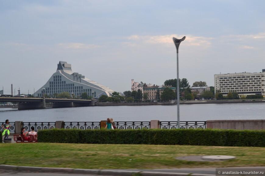 Рижская библиотека. Латыши называют ее Замком Света. Здание современной постройки несет в себе дух будущего.