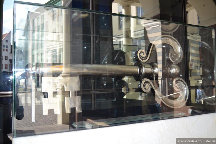 Ключ от города из старых ненужных ключиков, которые приносили жители.