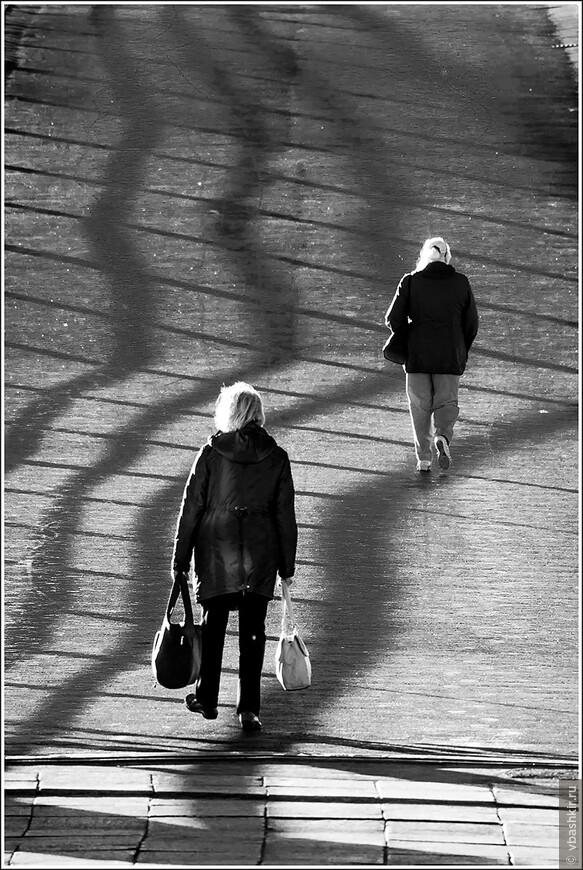 Пешеходы на утреннем мосту.