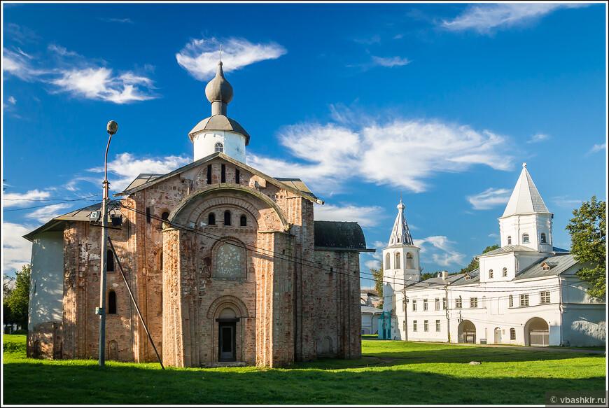 Церковь Параскевы Пятницы на Торгу и Надвратная башня Гостиного двора.