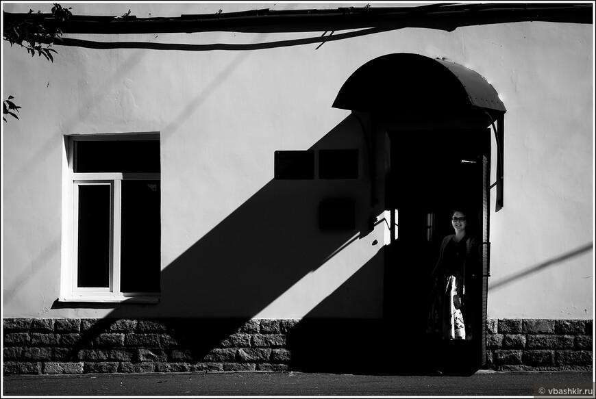 Тень, окно, подъезд и девушка.