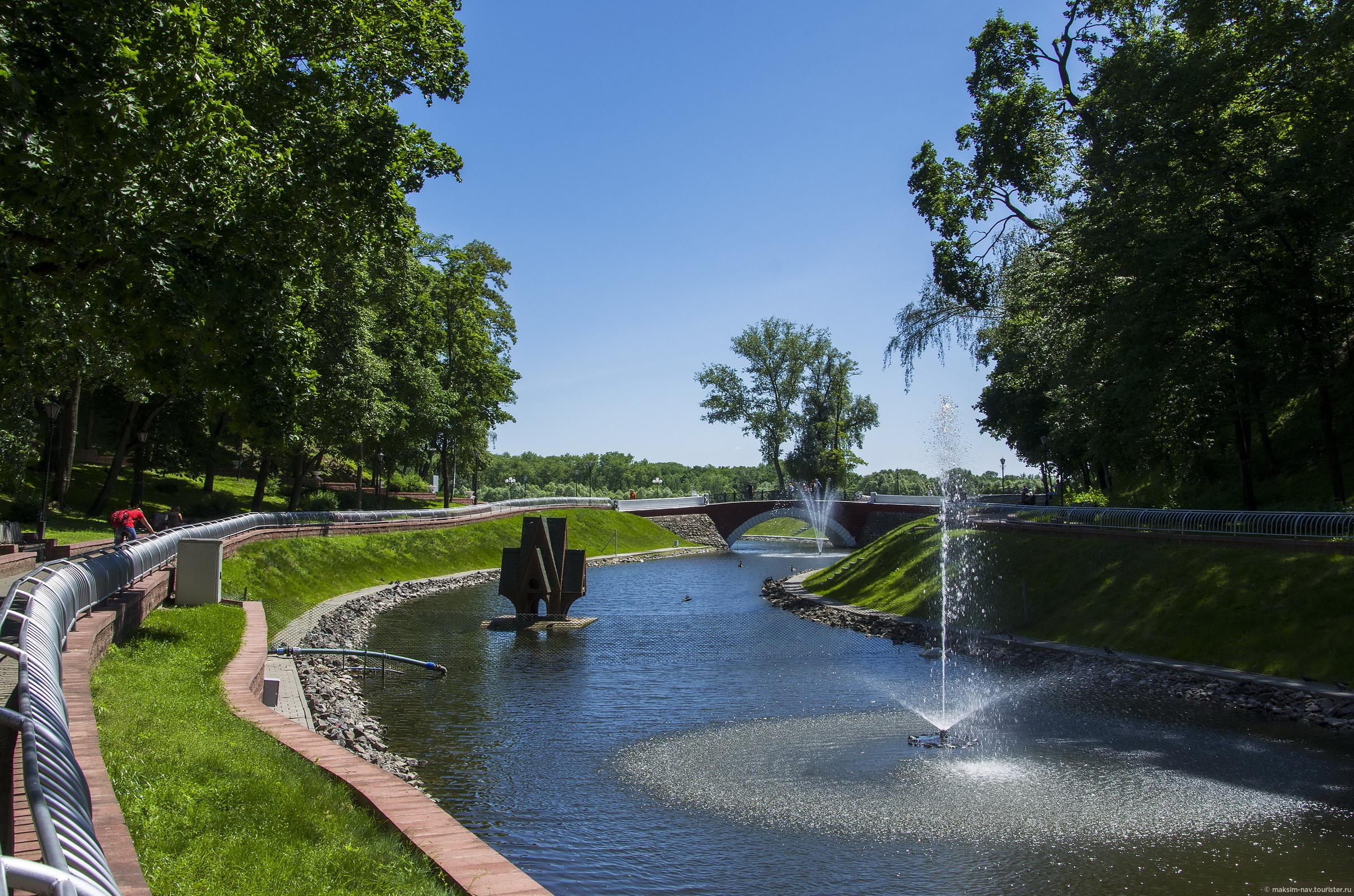 Лебяжий пруд делит парк на две части: южную (в которой находятся основные памятники архитектуры) и северную (зимний сад, смотровая башня, аттракционы)., Гомельский дворцово-парковый ансамбль.