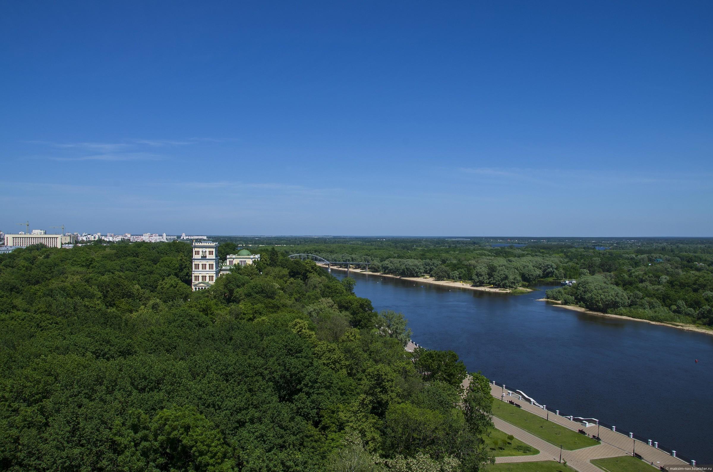 По очень узкой лестнице поднимаемся на верх (190 ступеней), цена билета 15000 старых белорусских рублей (примерно 50 руб.), Гомельский дворцово-парковый ансамбль.
