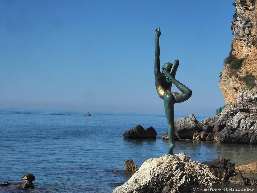 Конечно не могла не запечатлеть символ Будвы - памятник гимнастке, который имеет и другие названия. По преданию, она  ждет своего жениха-матроса у моря. Этакий  символ преданности и верности, своеобразный черногорский Хатико.