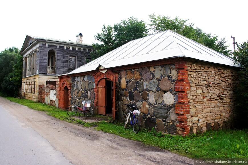 Первое что видишь въезжая в Коростынь - это вот эти два старинных здания.