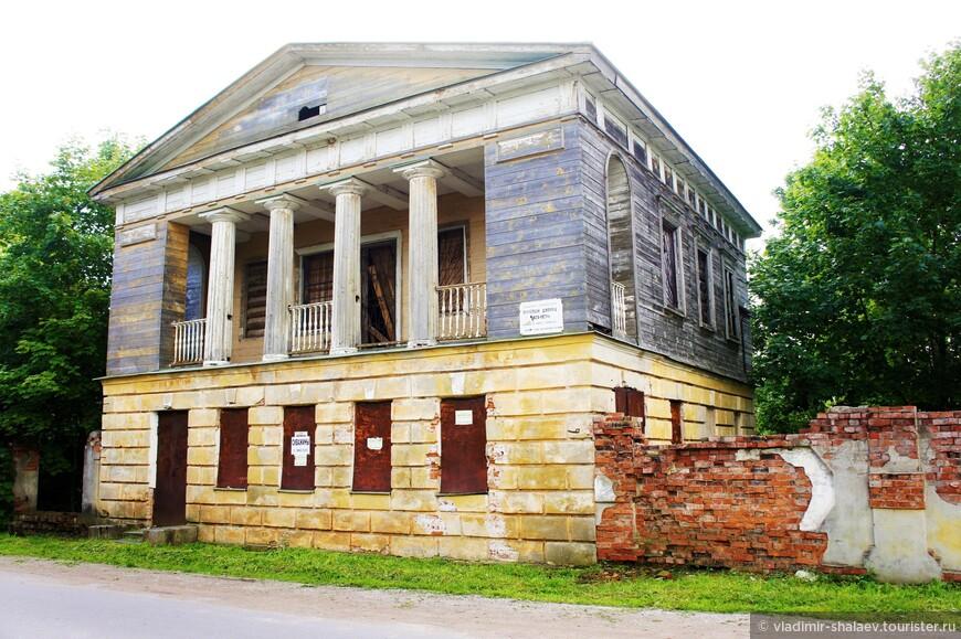 Тот что повыше - это путевой дворец, памятник архитектуры, построенный в 1827 году по проекту архитектора Стасова В.П.  Двухэтажное здание с каменным первым и деревянным вторым этажом