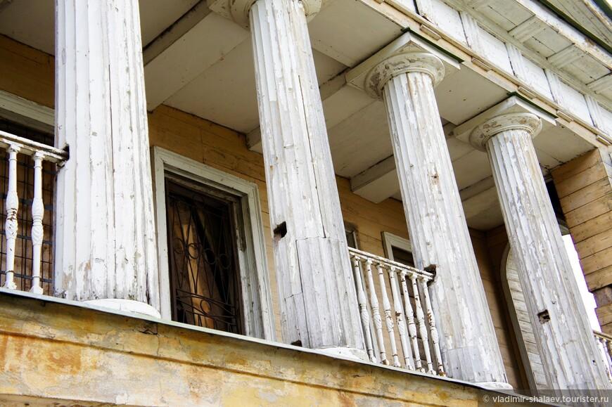 Да-да, и колонны тоже деревянные.
