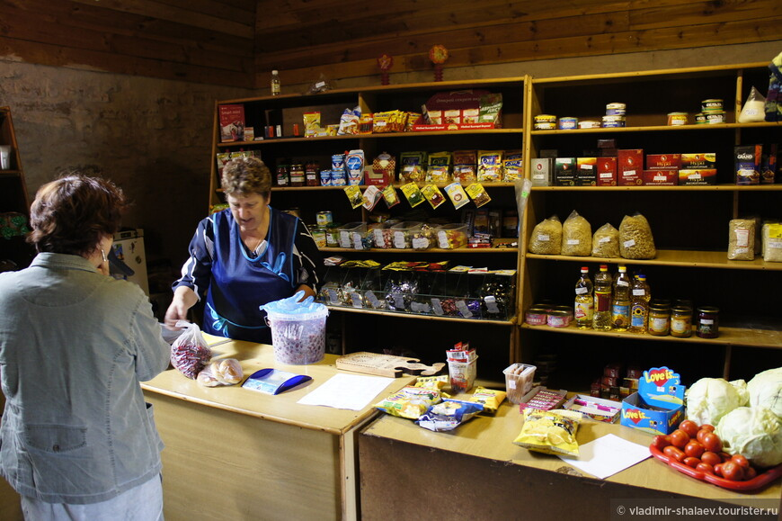 Внутри ничего необычного, простой набор продуктов - макароны, сгущёнка, чай в пакетиках...А мы там купили вишню и замечательные домашние пирожки, которые приносят местные жители на реализацию.