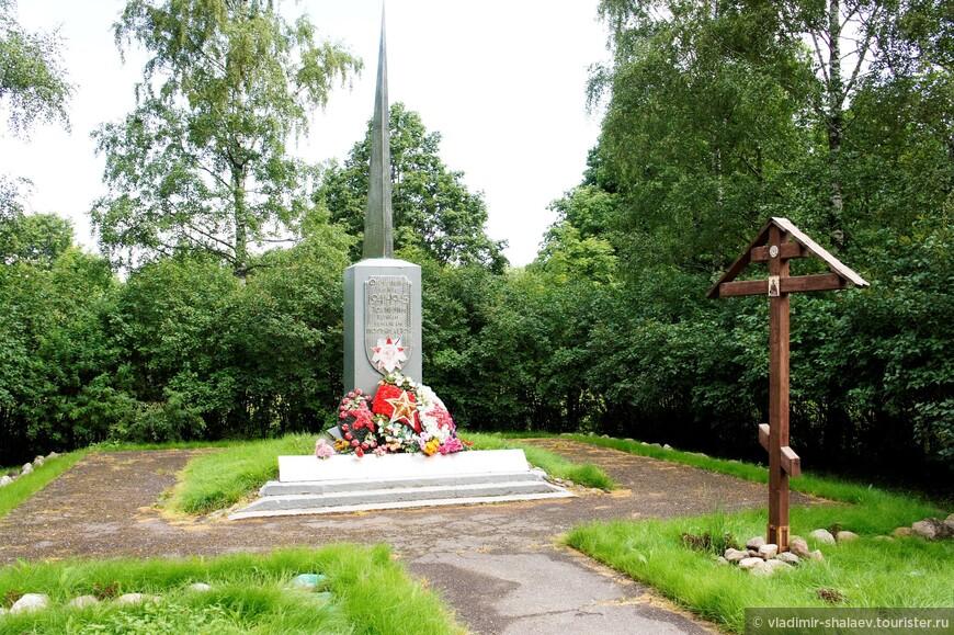 На центральной улице находится обелиск советским солдатам, павшим в Великую Отечественную войну...260 фамилий...Здесь проходили страшные бои, много братских могил...