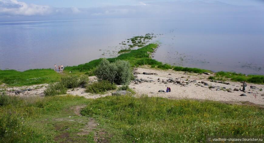 По дороге, которая отходит слева от немецкого кладбища спускаемся к озеру Ильмень. И тут-то мы видим, что это не озеро вовсе, а море. Словенское море. Так называли это озеро в средние века.