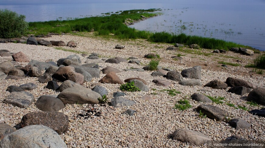 Каменный мол. Обычно находится под водой, но летом выступает из неё.