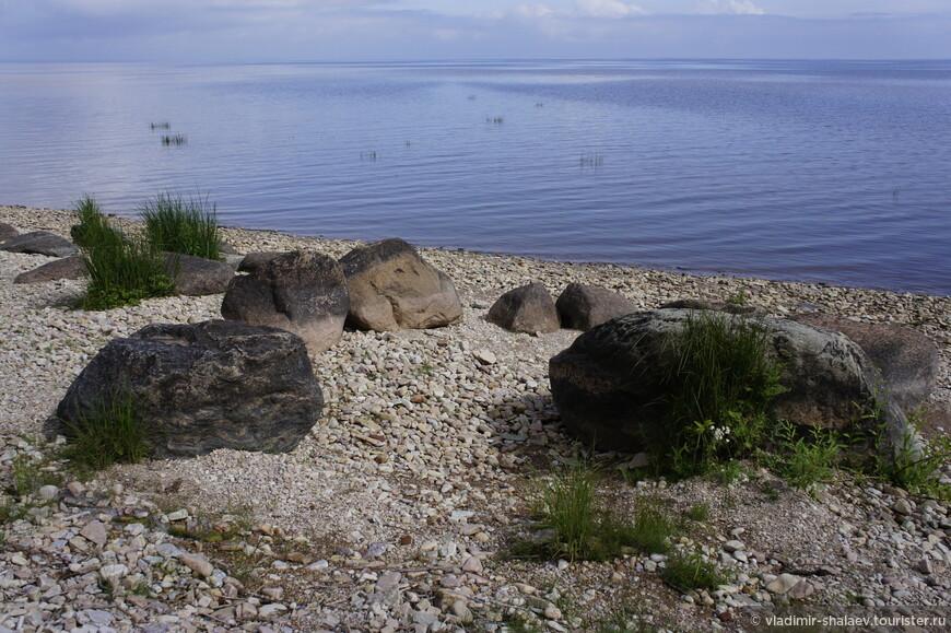 Берег каменистый и выглядит очень живописно.