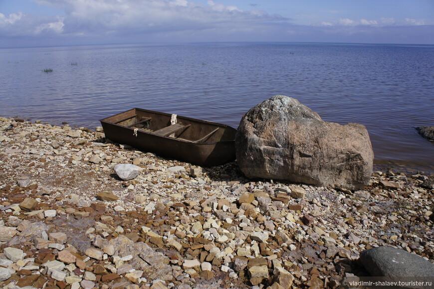 И там и сям встречаются старые разбитые лодки. По всем берегам озера Ильмень расположены рыбацкие деревеньки.