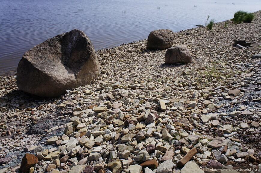Для того, чтобы дойти до Ильменского глинта надо идти от каменного мола на восток примерно два километра.
