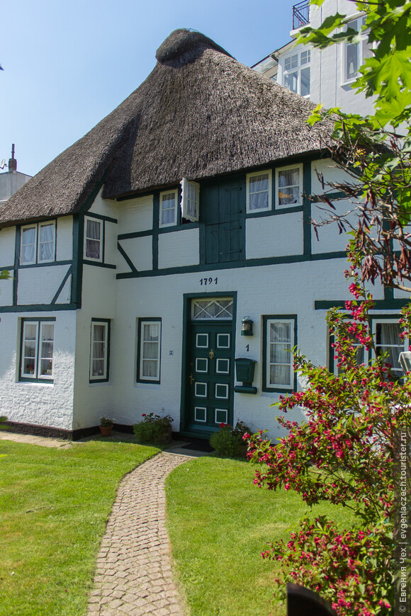 Вскоре наличие дачи становится вопросом престижа. И «сезонные» поселенцы окружают свои летние резиденции великолепными садами в голландском стиле – с клумбами и украшениями из ракушек и камней.