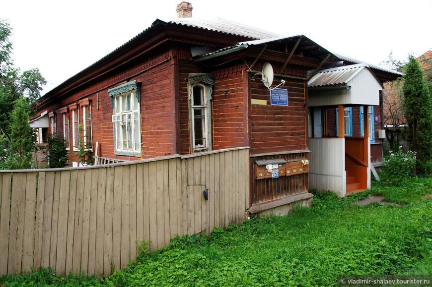 Этот дом - родовая собственность Голенищевых-Кутузовых. Здесь жил предводитель торопецкого дворянства Василий Иванович  Голенищев-Кутузов, (расстрелян в  1920 г.) Сейчас на доме висят восемь почтовых ящиков.