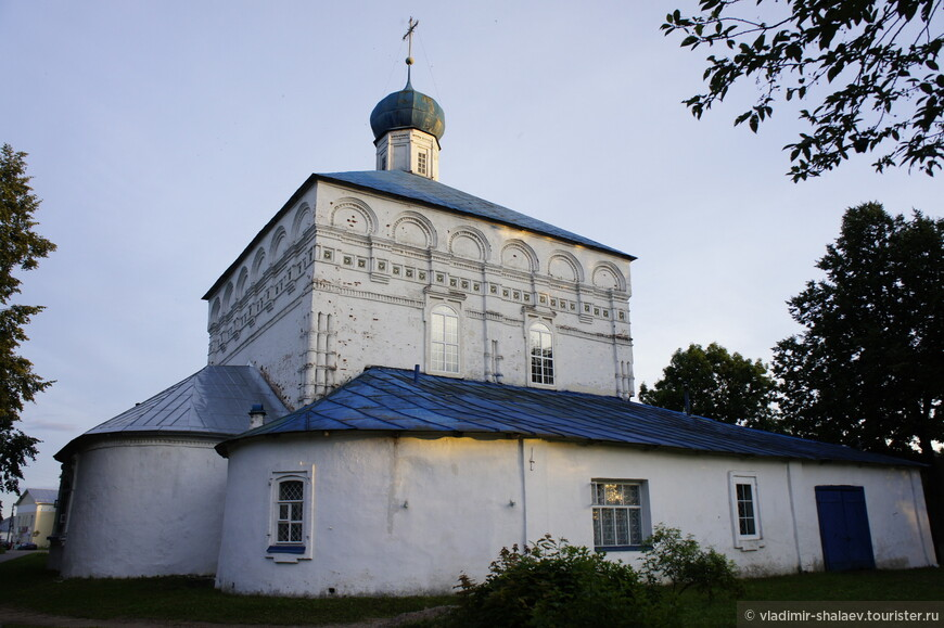 Каменная церковь Казанской иконы Божьей Матери построена в 1698 году. Восстановлена после пожара в 1765 году. Является единственным двухстолпным храмом в Торопце. Была закрыта в 1931 году, вновь открыта в 1991 году.