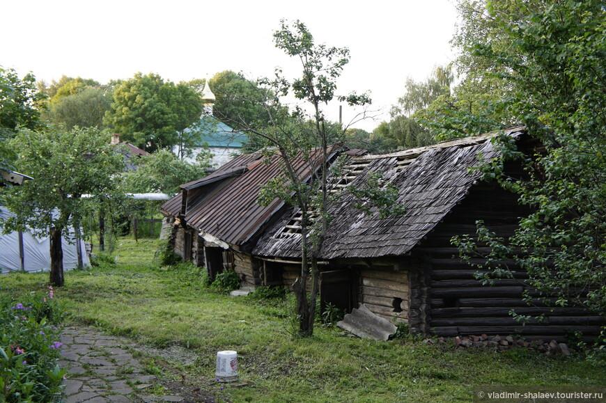 Хозяйственные постройки во дворе дома Патриарха Тихона.