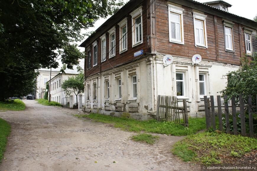 Традиционный купеческий дом. Первый этаж каменный, второй - деревянный.