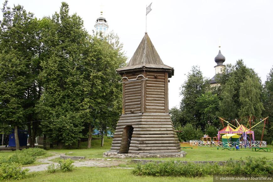 Бревенчатая сторожевая башня, повторяющая элемент герба Торопца. Сооружена в 1999 году в ознаменование 925-летнего юбилея города.