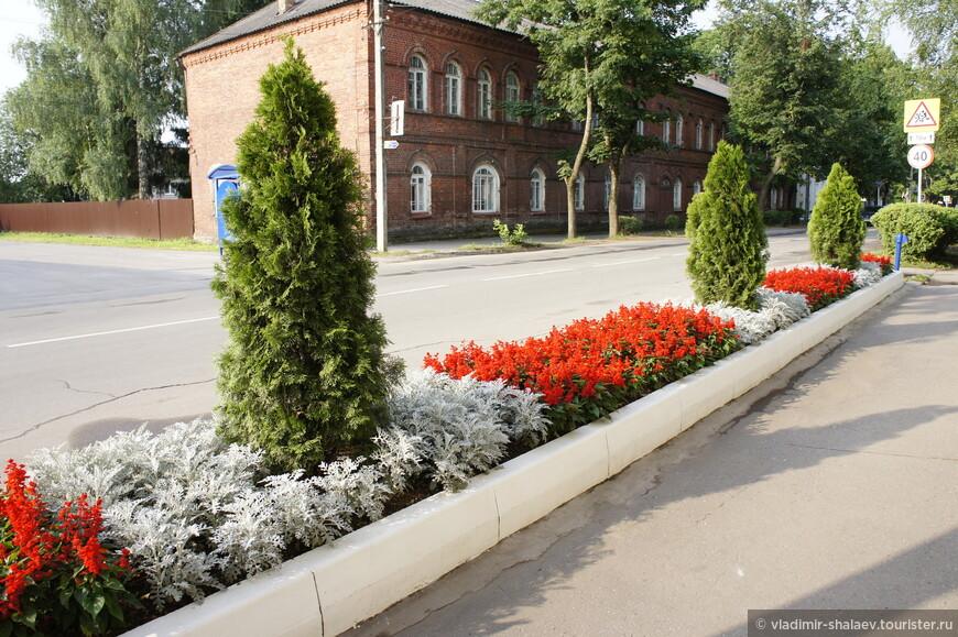 Цветы и красивые клумбы не только в городском саду, но и по всему городу.