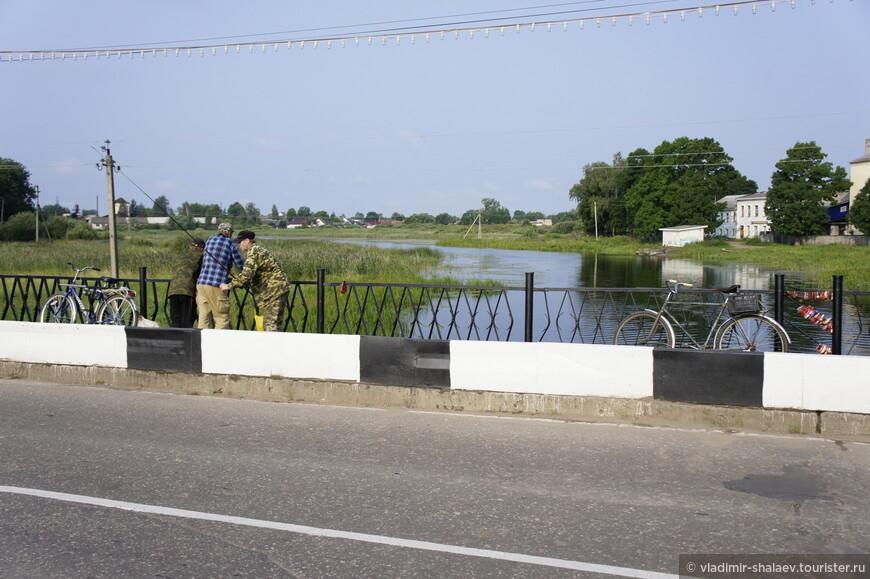 Рыбаки на мосту.
