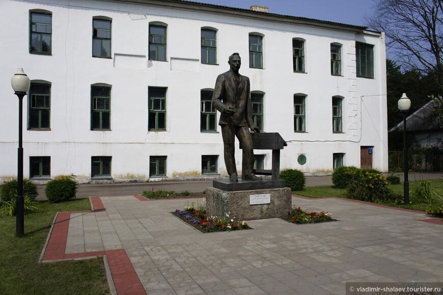 Памятник учителю возле школы №1 был построен на средства выпускников и  открыт в июне 1974 года. Первый подобный памятник в СССР и России.