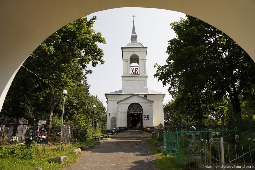 Церковь Всех Святых построена на средства торопецких граждан в 1796 году как кладбищенская. Слева от неё хоронили католиков и лютеран (в городе было очень много эстонцев), справа от церкви хоронили православных, а за церковью - иудеев, которых в городе также было большое количество. В советское время эта церковь была единственная действующая на несколько близлежащих районов.