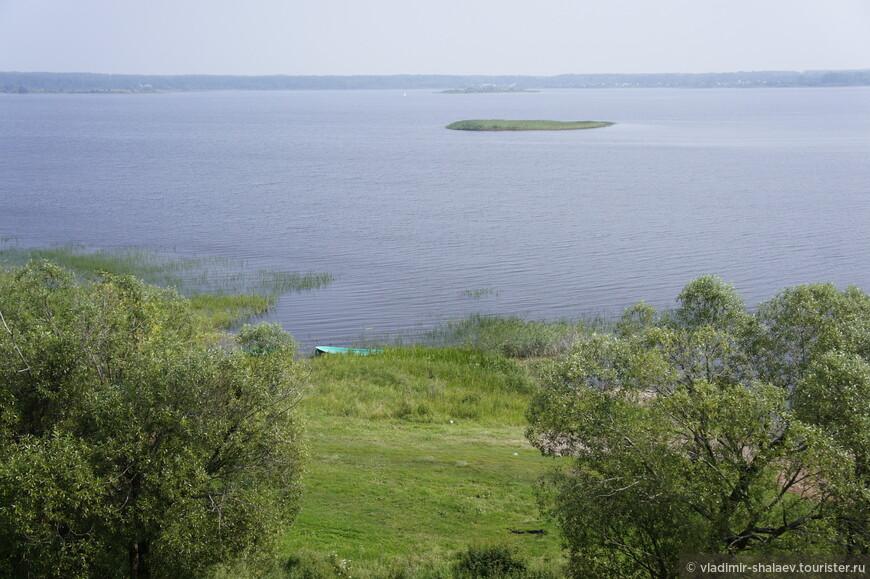 Вид на озеро Соломено с Малого городища. В центре - остров Дратун.