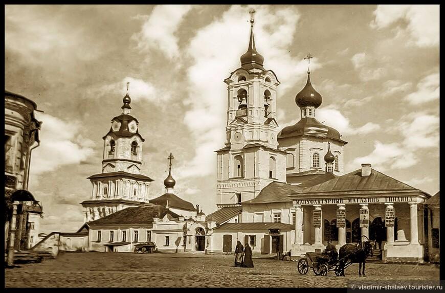 А вот храмы за этим  домом с колоннами не сохранились. (фото из интернета)