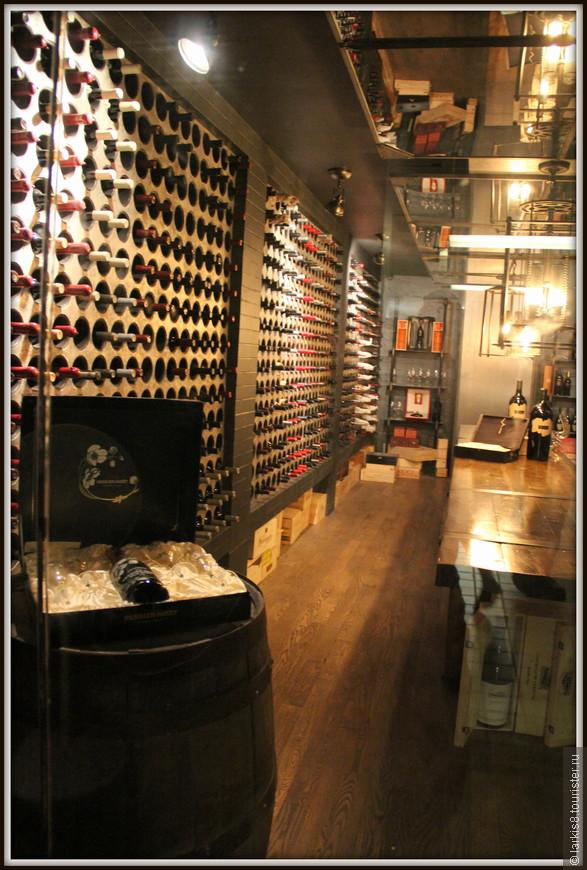 Около выдачи информации находился подвал с коллекцией вина. Можно было бы здесь и остаться, только никто бы не дал нам вскрыть эти запасы, поэтому, вздохнув и мысленно подняв пустой бокал, пошли дальше.