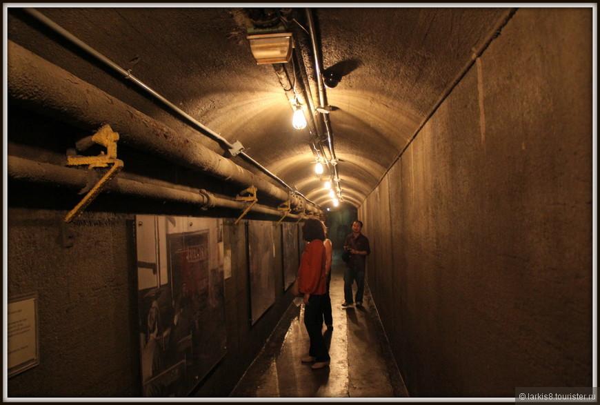 Осматривать замок решили снизу вверх, поэтому сразу нырнули в один из длинных туннелей, прорытых под землей. Внутри вдоль стен висели старинные фотографии первых любителей запечатлевать на память окружающую действительность. Спустя столетие, посмотреть на это очень интересно! Будет ли интересно смотреть на наши фото нашим потомкам? Сомневаюсь, но как знать?