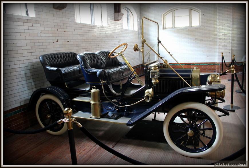 К началу 20 века появились и новые безумно дорогие и престижные средства передвижения – автомобили. Коллекция таких раритетных (боюсь даже представить сумму, которую они стоят) автомобилей расположена в отдельном здании гаража. Вот лишь несколько экземпляров: