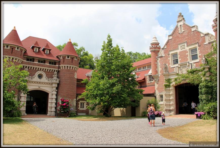 Гаражи и конюшня находятся в отдельных помещениях на отдалении от основного здания.  Издалека они смотрятся как отдельный мини-замок.