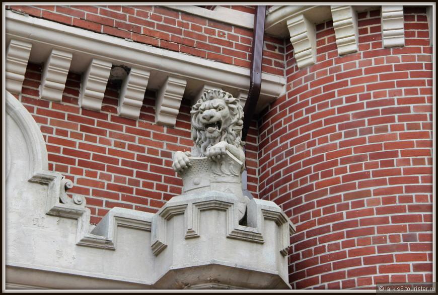 Гаражи охраняют грозные львы.