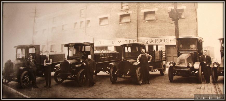 На одном из снимков можно увидеть, как выглядели первые автопарки. А какие гордые шоферы стоят рядом с автомобилями! Представляете какой престижной в те годы была эта профессия?