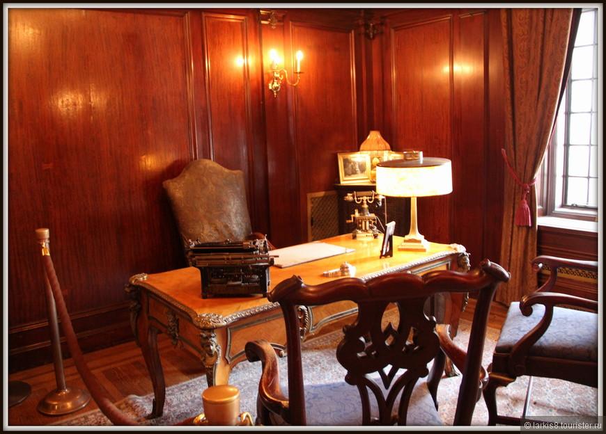 В Замке много комнат различного назначения. Кабинет для работы с печатной машинкой на столе.