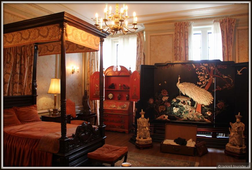 Спальня со шкафом, инкрустированным перламутровым павлином.