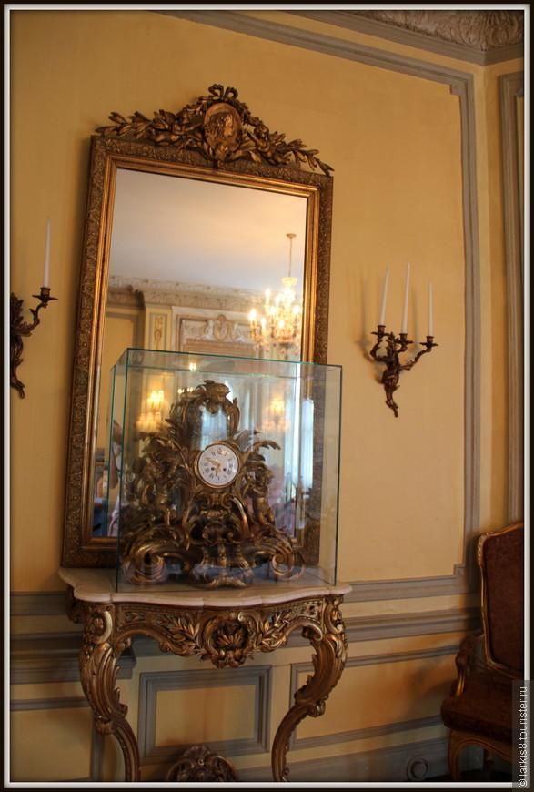 Старинные часы еще идут… Почему-то они закрыты в отдельный стеклянный ящик. От пыли? Не поняла…
