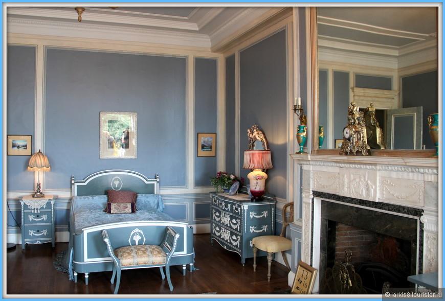 Женская голубая спальная комната, в которой хотела бы пожить, пожалуй, любая женщина, такая она милая и уютная.